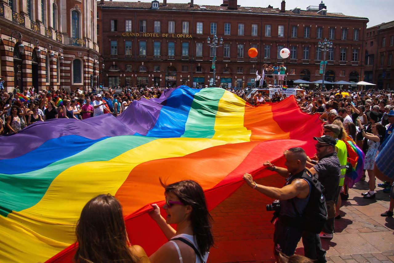 rainbow-flag-banner-big-toulouse